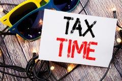 显示税时间的文字文本 征税在与拷贝空间的稠粘的笔记写的财务提示的企业概念在老木头w 库存照片