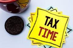 显示税时间的文字笔记 书面的企业照片陈列的征税最后期限财务薪水会计付款收入收支 免版税图库摄影