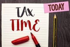 显示税时间的文字笔记 书面的企业照片陈列的征税最后期限财务薪水会计付款收入收支 图库摄影