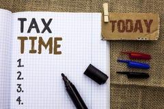 显示税时间的文本标志 在笔记本写的概念性照片征税最后期限财务薪水会计付款收入收支B 库存图片
