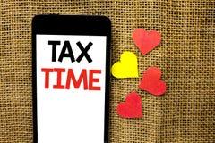 显示税时间的文本标志 在纸板写的概念性照片征税最后期限财务薪水会计付款收入收支 库存照片