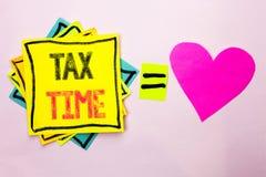 显示税时间的文本标志 在被堆积的St写的概念性照片征税最后期限财务薪水会计付款收入收支 免版税库存照片