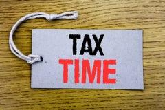 显示税时间的概念性手文字文本说明 征税在价牌纸写的财务提示的企业概念w 库存照片