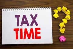 显示税时间的概念性手文字说明启发 征税财务提示的企业概念被写在没有的笔记薄 免版税图库摄影