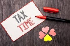 显示税时间的概念性手文字 企业照片文本征税最后期限财务薪水会计付款收入收支命令 图库摄影