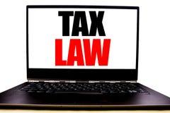 显示税法的手写的文本 企业征税在显示器前面屏幕写的税收规则的概念文字,白色backgrou 库存照片