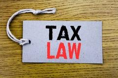 显示税法的概念性手文字文本说明 征税在与警察的价牌纸写的税收规则的企业概念 库存图片