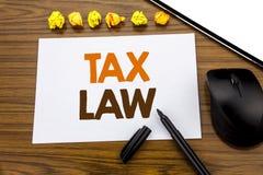显示税法的概念性手文字文本 征税在木的稠粘的便条纸写的税收规则的企业概念 免版税库存图片