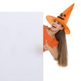 显示空白广告牌的万圣节帽子的女孩 库存图片