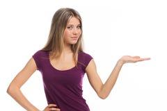 显示空白牌的美丽的女孩 免版税库存照片