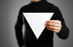 显示空白的三角白皮书的人 传单介绍 库存图片