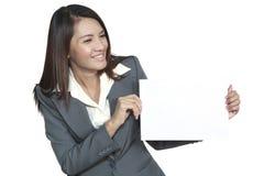 显示空白的信号的年轻亚洲女商人有吸引力的brunetee 库存照片