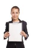 显示空白的剪贴板的女商人被隔绝 免版税图库摄影