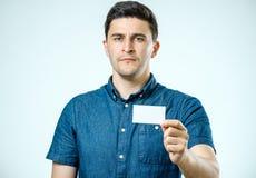 显示空白的名片或标志的年轻人 免版税库存照片