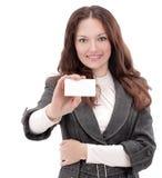 显示空白的名片的成功的女商人 库存图片