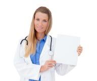 显示空白的委员会标志的护士/医生。 库存照片