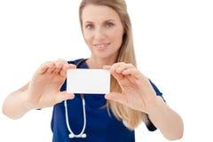 显示空白的委员会标志的护士/医生 库存照片