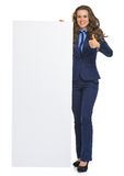 显示空白的广告牌的女商人 免版税库存图片