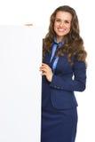 显示空白的广告牌的微笑的女商人 免版税库存照片
