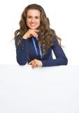 显示空白的广告牌的微笑的女商人 库存照片