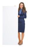 显示空白的广告牌的微笑的女商人 免版税图库摄影