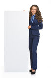 显示空白的广告牌的愉快的女商人 图库摄影