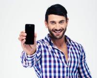 显示空白的智能手机屏幕的微笑的人 免版税库存照片