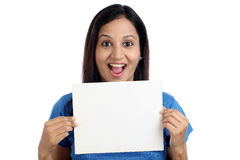 显示空白的白色卡片的激动的少妇 免版税库存照片