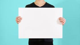显示空白的白色大A2纸的人 传单介绍 库存照片