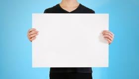 显示空白的白色大A2纸的人 传单介绍 Pamp 库存图片