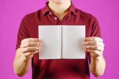 显示空白的白色飞行物小册子小册子的人 传单介绍 图库摄影
