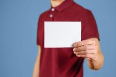 显示空白的白色飞行物小册子小册子的人 传单介绍 库存照片