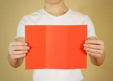 显示空白的红色飞行物小册子小册子的人 传单presentati 免版税库存图片