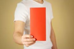 显示空白的红色飞行物小册子小册子的人 传单presentati 图库摄影