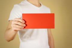 显示空白的红色飞行物小册子小册子的人 传单presentati 免版税库存照片