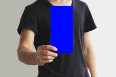 显示空白的蓝色飞行物小册子小册子的人 传单presentat 免版税库存图片