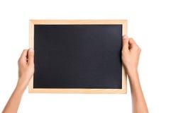 显示空白的黑板的手 免版税库存图片