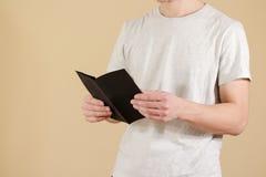 显示空白的黑飞行物小册子的人 读小册子 传单PR 免版税库存照片