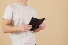 显示空白的黑飞行物小册子的人 读小册子 传单PR 免版税库存图片
