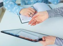 显示空白的NO-名字片剂个人计算机显示器的女商人对他的同事 图库摄影