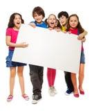 显示空白董事会的五个孩子 免版税库存照片