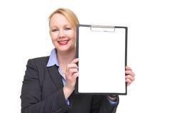 显示空的标志剪贴板的一名微笑的女实业家的画象 库存照片