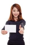 显示空的看板卡的亚裔妇女 免版税库存照片