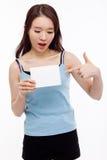 显示空的看板卡的亚裔妇女 免版税图库摄影