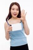 显示空的看板卡的亚裔妇女 库存照片