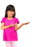 显示空的空间的微笑的亚裔小女孩 免版税图库摄影