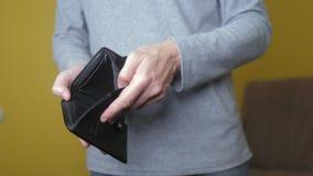 显示空的钱包的人破产欠款没有金钱 贫穷财务企业破产概念 人债务 股票录像