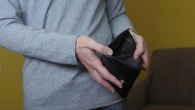 显示空的钱包的人破产欠款没有金钱 贫穷财务企业破产概念 人债务 影视素材