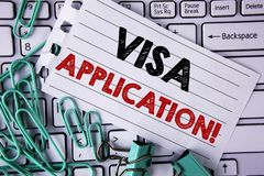 显示签证申请诱导电话的文字笔记 提供您的基本信息writte的企业照片陈列的板料 免版税库存照片