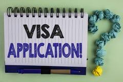 显示签证申请诱导电话的文字笔记 提供您的基本信息writte的企业照片陈列的板料 免版税库存图片
